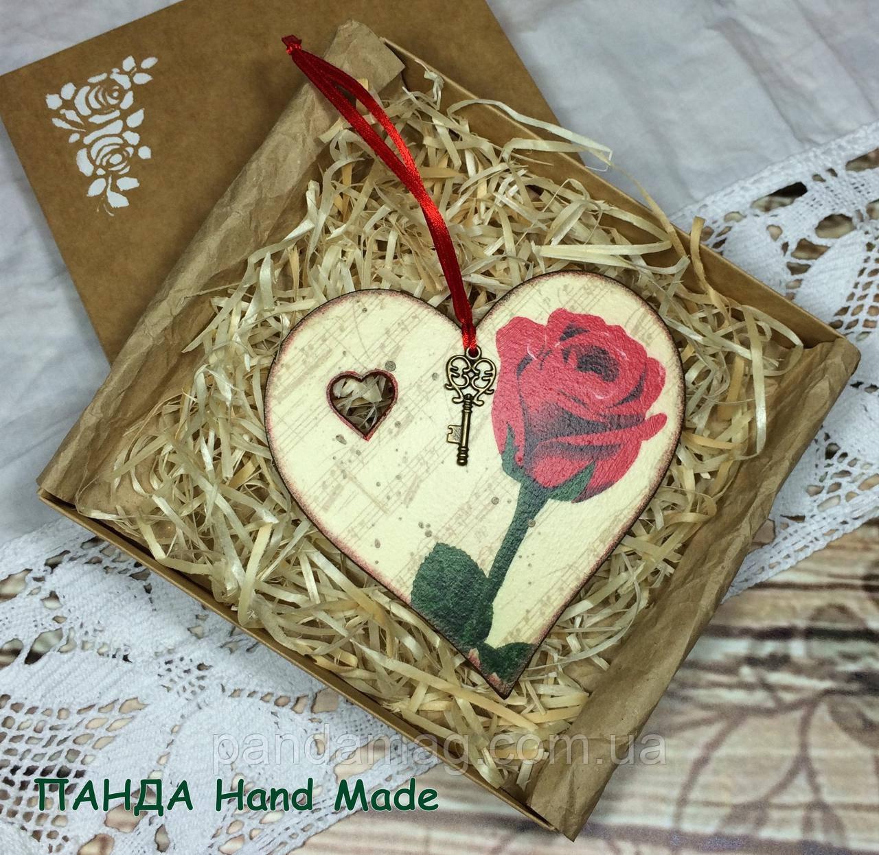 Сердечко-подвеска ручной работы в подарочной коробке