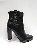 Кожаные  ботинки  на каблуке. Ботильйоны. Маленькие размеры ( 33, 34).