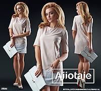 Платье в стиле минимализм украшенное кружевом.