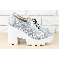 Женские кожаные туфли белые с черным принтом на белой подошве