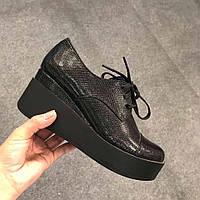 Женские кожаные туфли на танкетке питон