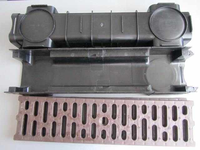Коричневые решетки и черные желоба поверхностного водоотвода