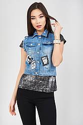 Стильный джинсовый женский жилет жилетка с нашивками, потертостями и бахромой