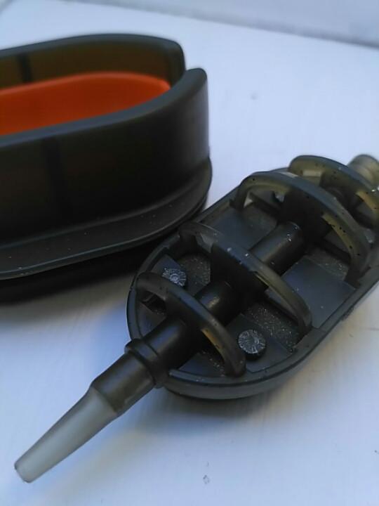 КАРПОВАЯ КОРМУШКА Метод Flat 70 грамм + пластиковая пресовалка с кнопкой.