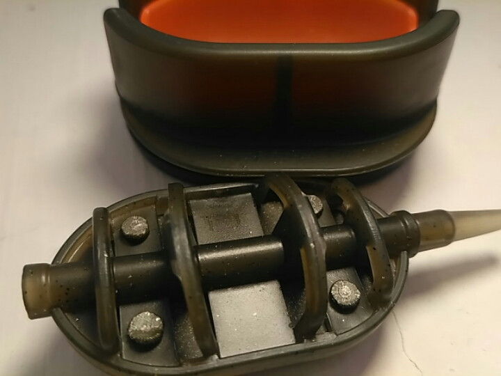Карповая кормушка Метод Flat 40 грамм + пресовалка пластиковая с кнопкой