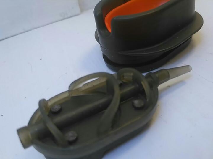 Коропова годівниця Метод Flat Arc 80 грам+пластикова пресовалка з кнопкою.