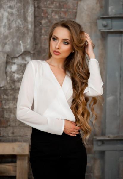 Стильная блуза с запахом белая