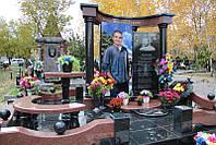 Памятник с большой фотографией и колоннами №11