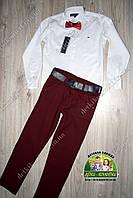 Белая рубашка Tommy Hilfiger и бордовые брюки