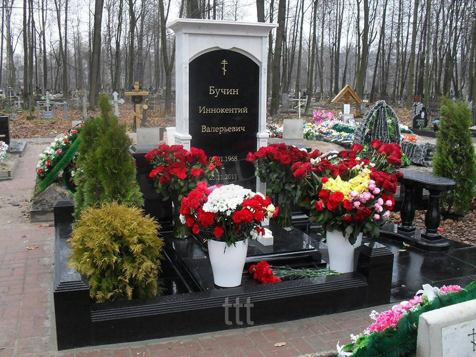 Памятник из белого  мрамора и черного гранита № 12
