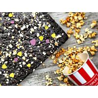 Шоколад на кэробе без сахара с соленым попкорном и медовой грушей