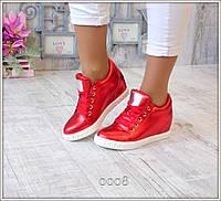 Женские кроссовки на танкетке красные сникерсы