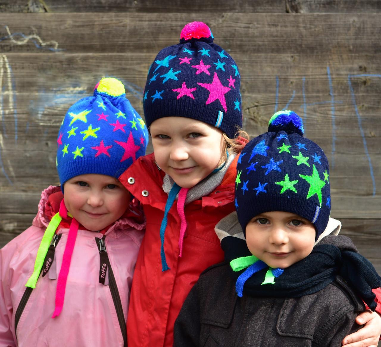 Яркая детская весенняя шапка с помпоном