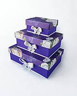 Прямоугольный подарочный комплект коробок ручной работы фиолетового цвета с бело-розовыми бутонами