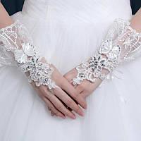 Шикарные свадебные короткие перчатки без пальцев (митенки) с бантиком,кружевом и стразами молочного цвета