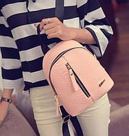 Стильный женский кожаный рюкзак с молнией карманом по центру розовый пудра