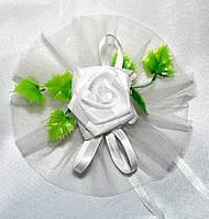 Розетки с искусственными розами и фатином напрокат