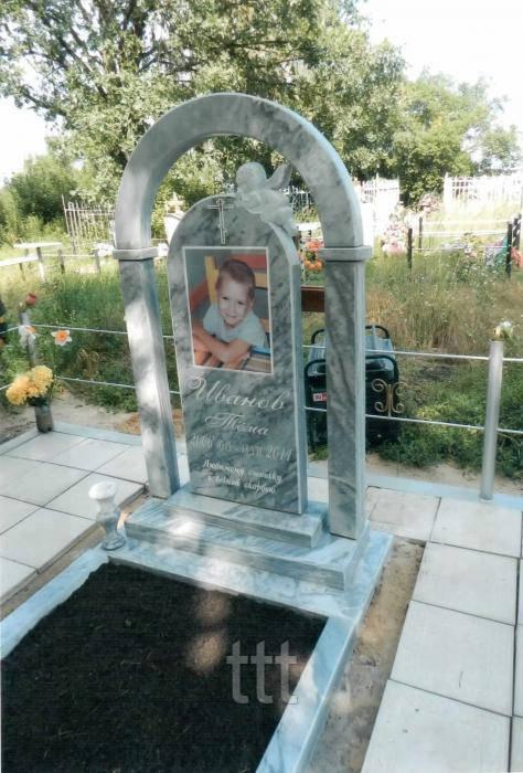 Детский памятник с колоннами и ангелочком №2