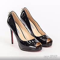 Лаковые черные туфли с открытым носком на шпильке