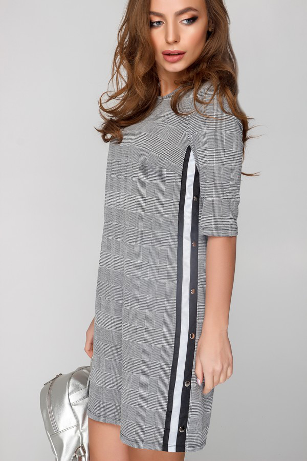 Стильное трикотажное платье с кнопками