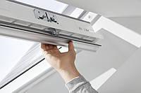 Мансардное влагостойкое двухкамерное окно ручка сверху/снизу GLU 0061 (55х78см)