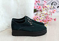 Стильные зеленые замшевые туфли-слипоны.