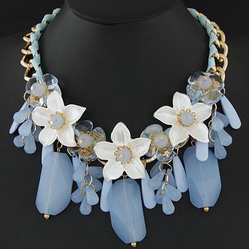 Колье белые цветы с голубыми камнями P004756