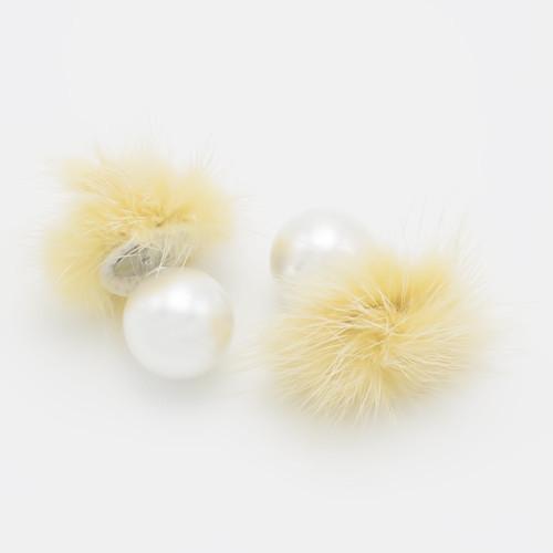 Серьги шарики с мехом кремовым S004297