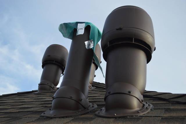 Вытяжная вентиляция состоит в том, что комнатный испорченный воздух вытягивается из помещения при помощи механического двигателя или вытяжною трубою (вентиляционным выходом), в которой искусственно поддерживается постоянная тяга.