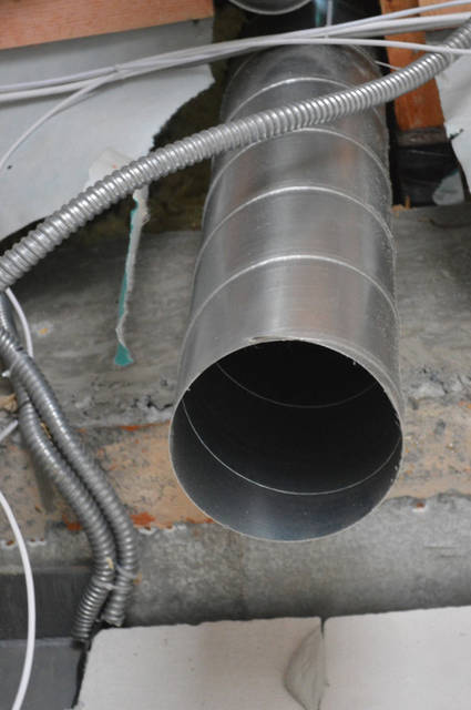 Мощность отопительного оборудования (котла), а также размеры помещения задают размер вентканала для вентиляции. Помещение топочной 18 м2, высота 3 м, трехкратный воздухообмен в течении 1-го часа. Мощность котла 36 кВт. Итого диаметр выхода 160 мм.