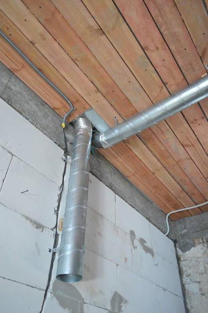 В трубу вентилятора встроен шумопоглотитель. Максимальный воздушный поток около 500 м3/час. Вентилятор кухонной вытяжки, который установлен на крыше, уменьшает шум в момент приготовления пищи.