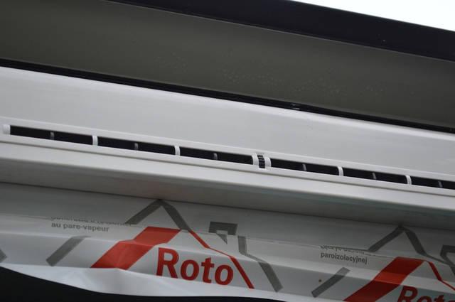 А свежий наружный воздух входит через оконные клапаны притока воздуха или  с помощью функции микропровтривания в современных пластиковых окнах.
