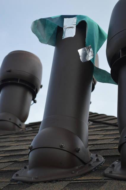 Вентиляция канализационного стояка позволяет выравнивать давление в системе в момент слива и выделения разрушающих трубы газов. Для вентиляции канализационного стояка  использован ИЗОЛИРОВАННЫЙ вентиляционный выход диаметром 110 мм и высотой 500 мм.