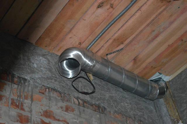 Для вентиляции 3-х санузлов  использован вентилятор, который  имеет регулятор оборотов двигателя. Мощность вентилятора 0-500 м3/час. Вентилятор работает на 70% от максимальной мощности. Воздуховод диаметром 125 мм выведен на чердак.