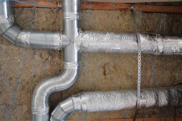 Воздуховод утепляется изолированным теплоизоляционным материалом толщиной не менее 5 мм. Что позволяет предотвратить потери тепла, попадание влаги и коррозию металла.