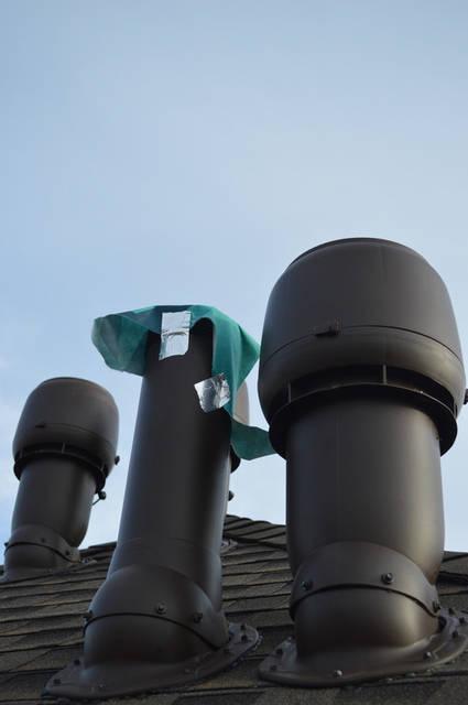 Вентилятор кухонной вытяжки имеет высоту 500 мм. Труба ТЕПЛОИЗОЛИРОВАНА для предотвращения образования конденсата в трубе. Внутренняя труба диаметром 125 мм изготовлена из оцинкованной стали. Внешний диаметр трубы 225 мм.
