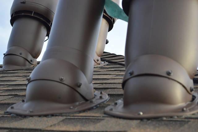 Вентиляторы и вентиляционные выходы установлены на крыше с помощью проходных элементов, которые устанавливаются на готовую битумную кровлю.