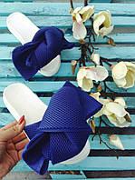 Стильные шлепки синие с  объемными бантами на белой и черной подошве