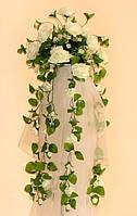 Стойка с композицией из белых искусственных роз напрокат