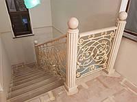 Лестница с колонами из мрамора