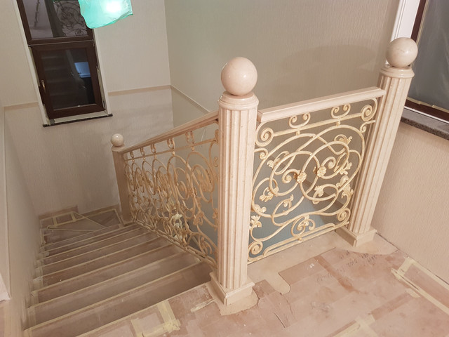 Лестница из мрамора с колонами