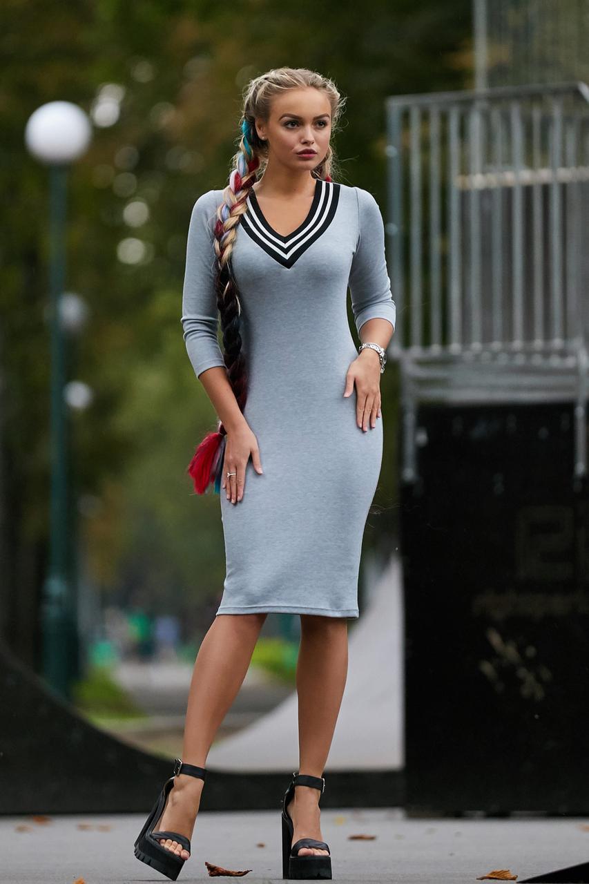 637976088d9d3a2 Материал мягкий и податливый, обеспечивает приятные ощущения при  соприкосновении с кожей. Светло-серое платье спортивного стиля сочетается с  кроссовками, ...