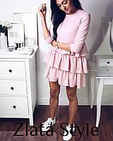 Женское трикотажное платье с рюшами нежно розового цвета