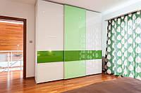 Шкаф-купе с зелеными вставсками