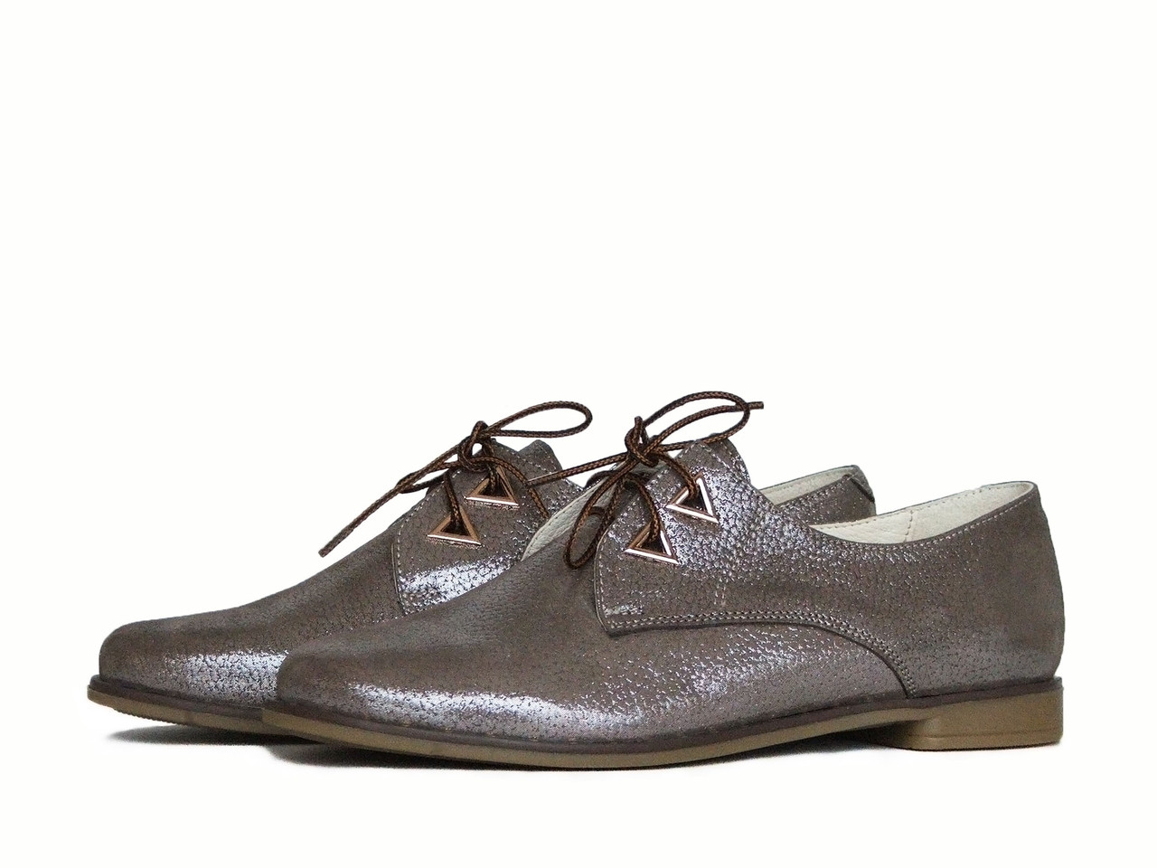 Кожаные блестящие туфли на шнурках