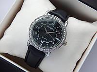 Женские наручные часы Chanel, серебристого цвета, черный циферблат, на кожаном ремешке, со стразами на корпусе