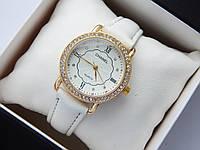 Женские наручные часы Chanel, золотистого цвета, белый циферблат, на кожаном ремешке, со стразами на корпусе