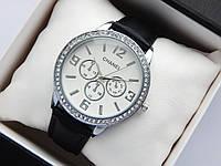 Женские наручные часы Chanel, серебристого цвета, белый циферблат, на кожаном ремешке, со стразами на корпусе, фото 1