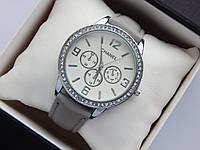 Женские наручные часы Chanel, серебристого цвета, белый циферблат, на кожаном ремешке, со стразами на корпусе