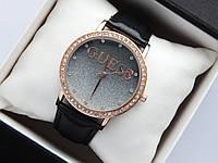 Женские часы Guess, золотистого цвета, циферблат черный градиент металлик, на кожаном ремешке, со стразами